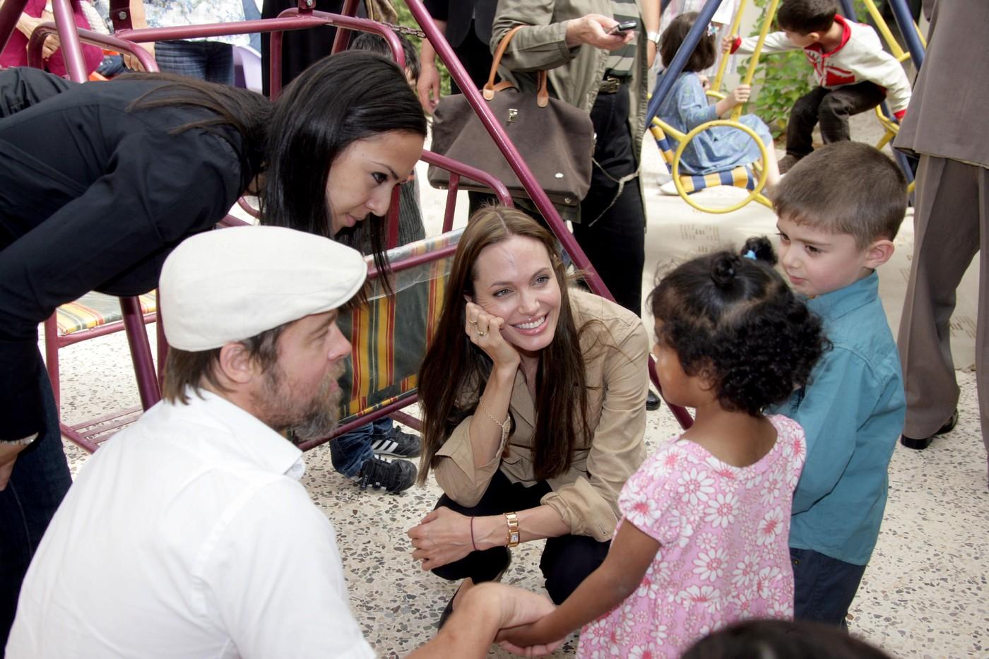 Bratt Pitt et Angelina Jolie aident les orphelins